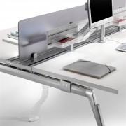 système central de câblage dispose de 3 rails pour installer facilement différents accessoires comme des étagères, des panneaux de séparation ou des supports d'écran.