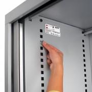 Les faces intérieures latérales portent des indications pour simplifier le montage des porte-étagères selon la configuration choisie.