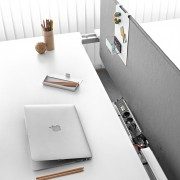Desktop opening and closing system providing easy access to cabling. This ideal solution for bench configurations allows cabling for a set of desks at a more competitive price.