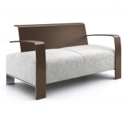 Sofá de dos plazas con respaldo de madera, brazos de madera y pie metálico