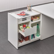 Módulo extraíble de estantes y cajones, que aporta mayor superficie de trabajo.