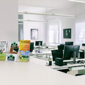 Mesas de oficina Adapta Plus y cajoneras metálicas Qbuc