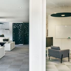 Mesas de oficina Adapta Plus y armarios auxiliares 60/40
